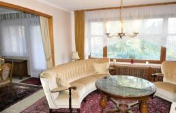 50er-Jahre-Klassiker-auf-herrlichem-Wassergrundstueck-Wohnzimmer