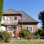 Doppelhaushaelfte-in-Brake-mit-Sonnenterrasse-und-Balkon-Gartenansicht
