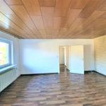 Huebsche-Obergeschosswohnung-Brake-Wohnzimmer
