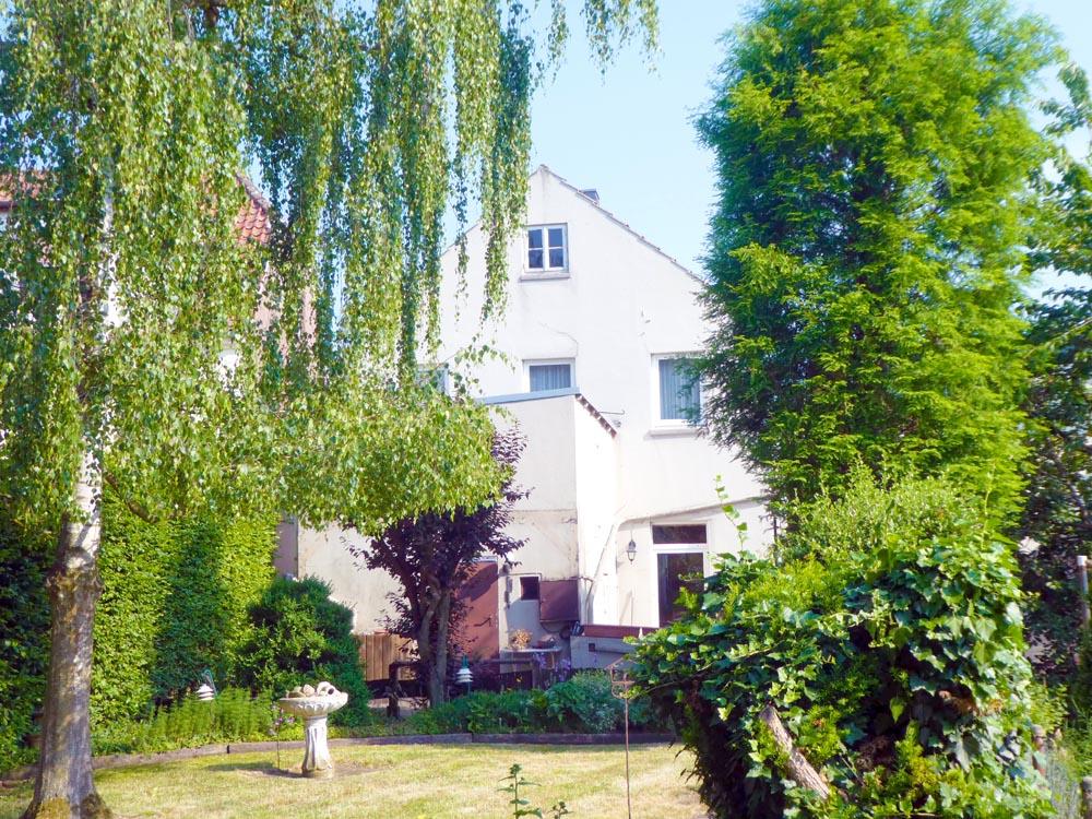 Mansardendachhaus-mit-Anbau-Garten-2