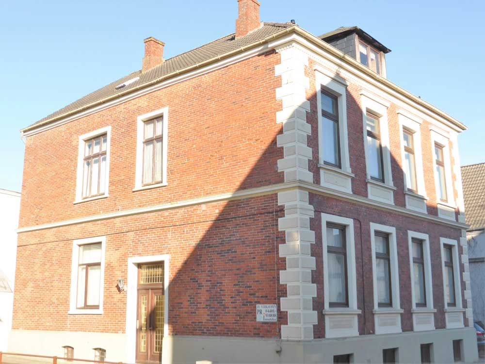 Mehrfamilienhaus-mit-Potential-Fassade