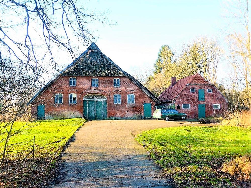Resthof-in-Brake-mit-grossem-Grundstueck-Zufahrt
