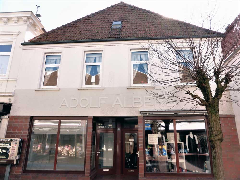 Wohn-und-Geschaeftshaus-Brake-Ansicht-Schaufenster