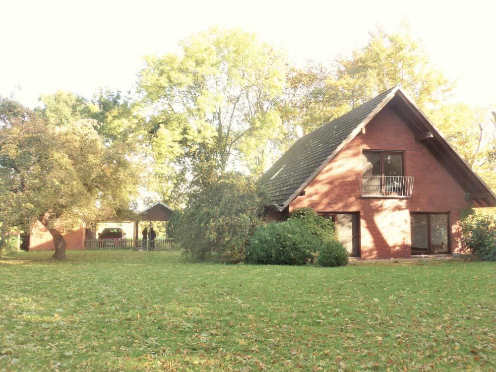 Wohnhaus-im-Gruenen-in-Nordenham-Gartenansicht-1