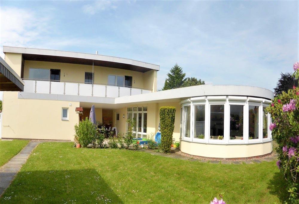 Wohnhaus-in-Brake-mit-Einliegerwohnung-Gartenansicht