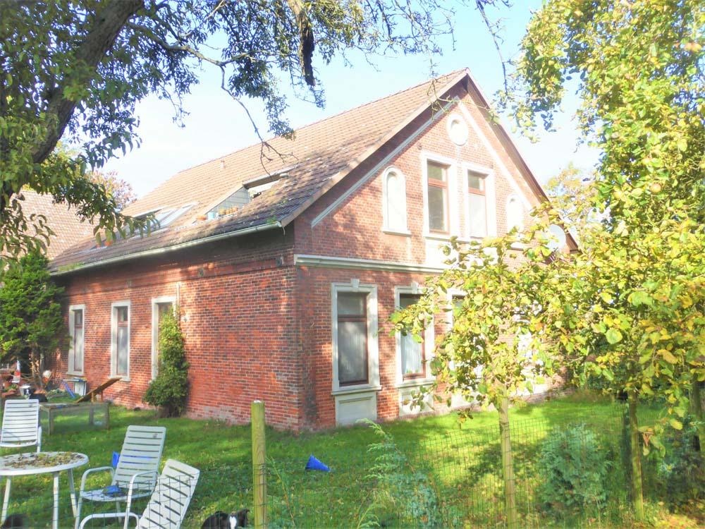 Wohnhaus-mit-Wirtschaftsgebaeude-in-Nordenham-Gartenansicht